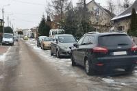Zaparkowane auta blokują przejazd służb ratunkowych i komunalnych
